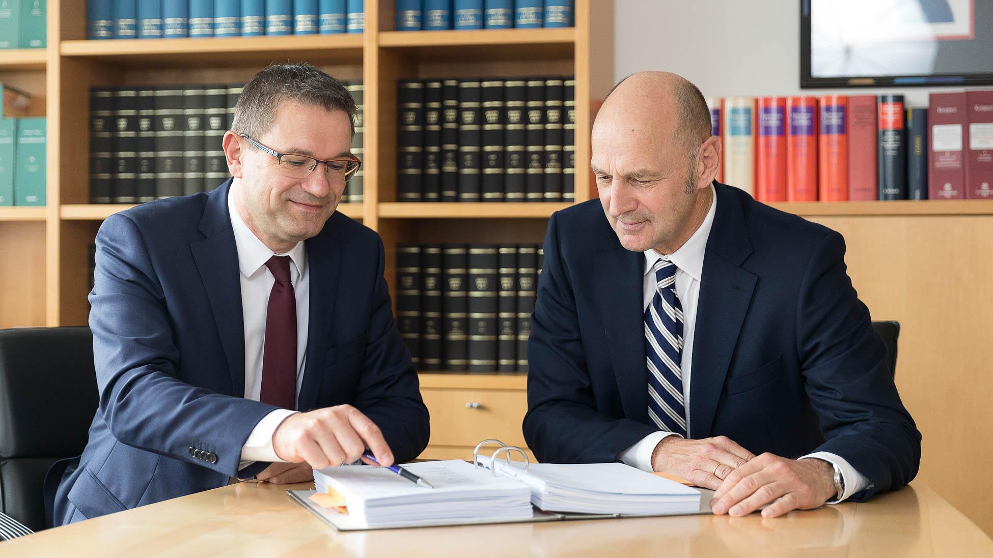 Besprechung Klaus Zieglmeier und Franz Stark Kanzlei Zieglmeier und Stark Wirtschaftsprüfer Steuerberater in Ingolstadt